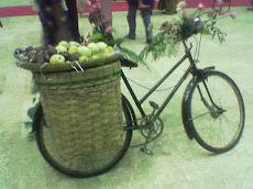 Sepeda berisi Buah sebagai Salah satu Bahan Dekorasi
