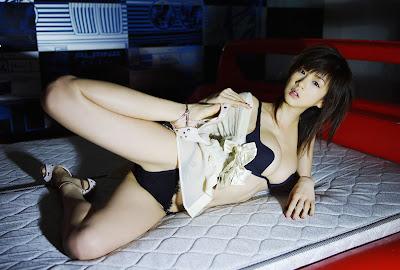 Aki Hoshino home bedroom