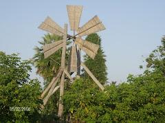 Moinho de vento utilizado para irrigar as plantações.