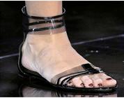 Parecidos Razonables: Sandalia PVC: Valentino vs Stradivarius