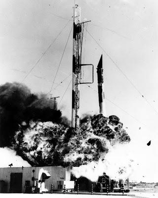 El Cohete Vanguard explotando segundos después de su lanzamiento.