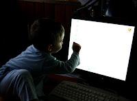 Un niño mira con curiosidad lo que puede encontrar en la red. Pincha en la imagen para ver más fotografías de su autor, Guybrush T