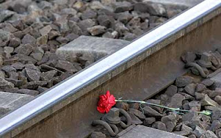 Un clavel entre las vías del tren donde fallecieron 191 personas y 1.824 resultaron heridas en el mayor atentado terrorista de Europa