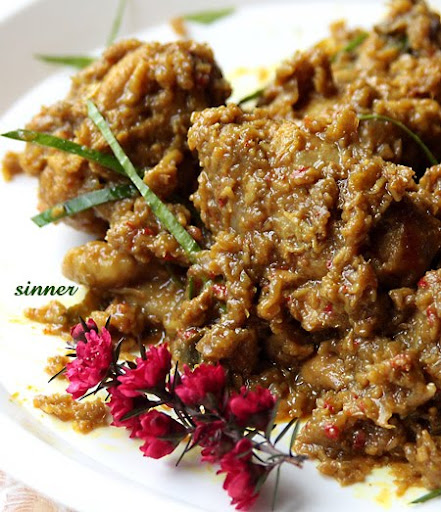 Dry chicken curry with kerisik