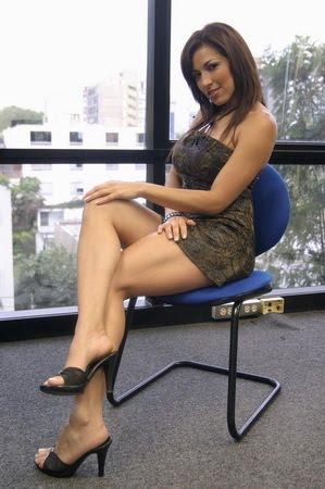 image Dama con minifalda y pantimedias