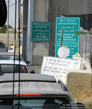 MenYahudikan Baitul Maqdis melalui papan tanda..