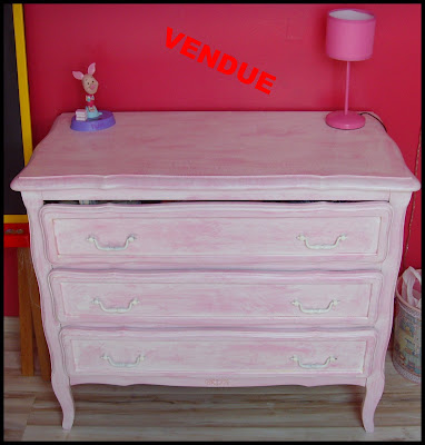 patine bois commode rose et blanche. Black Bedroom Furniture Sets. Home Design Ideas