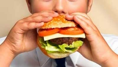 Kanak-kanak sedang makan burger