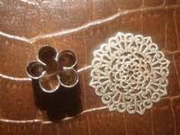 utiles textura y flor   Colgante con textura y flor