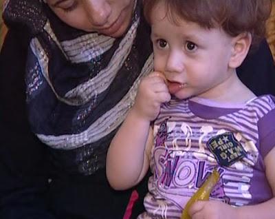 طفل فلسطيني يستمتع بأكل الفلفل الحار Khuzaa12819781731