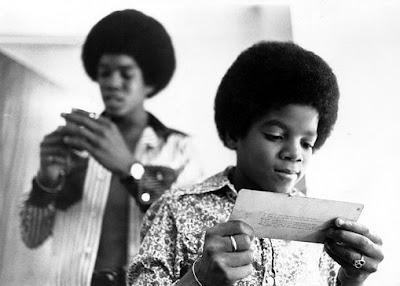 http://2.bp.blogspot.com/_ZlHt-yN3jvA/SkUIluDoRII/AAAAAAAADK8/etx2SSKRp_g/s400/Michael+Jackson3.jpg