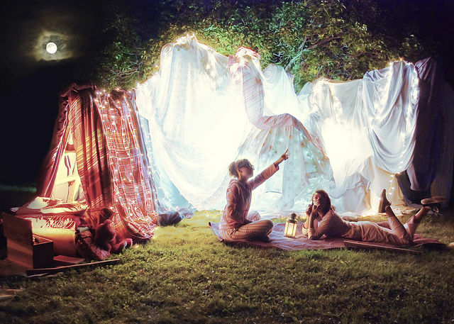 Fab blanket forts for Homemade forts outdoors