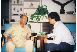 المؤلف مع محمد فوزي