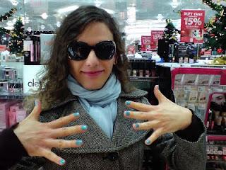 Farah mit blauem Nagellack
