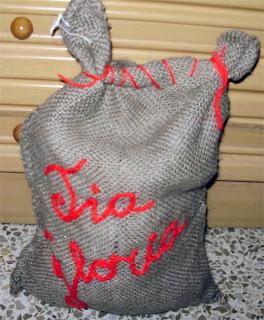 una idea original para envolver un regalo dentro de un saquito