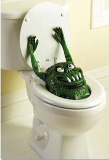 decorar en Halloween con un monstruo en el baño