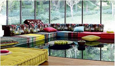 colorista sofa hecho con cojines