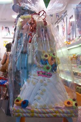 muñecos de novios hechos con golosinas