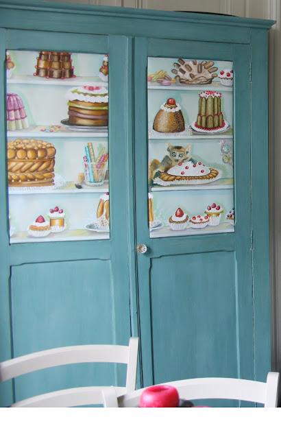 + une armoire ancienne peinte en bleue pour la vaisselle