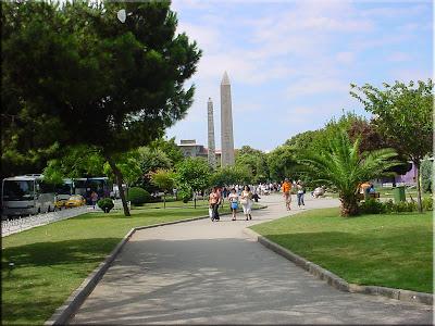 Hipódromo, al fondo obelisco egipcio y columna Serpentina