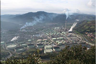 Instalaciones de Petronor desde la cima de Montaño