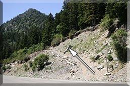 Una senda sale al otro lado de la carretera