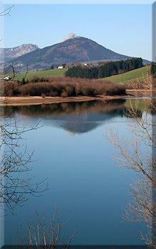 Tranquilas aguas del embalse de Urkulu