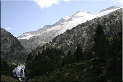 Cascada de Aiguallut, arriba en lo alto el pico Aneto