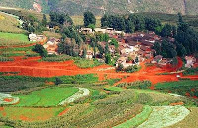 Un loc unic pe Terra – dealurile multicolore din Yunnan