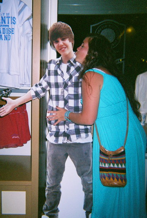 A Justin Bieber Fan Try to Kiss Justin Bieber cardboard in The Hotel