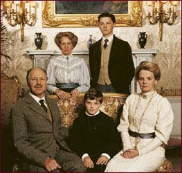 manor house people in the edwardian This show (called manor house on pbs in the us) was some of the more entertaining 6 hours of tv i've seen in a while the idea is to try and take modern people and have them live as they did in the start of the 20th century - the family in the house, and their servants.