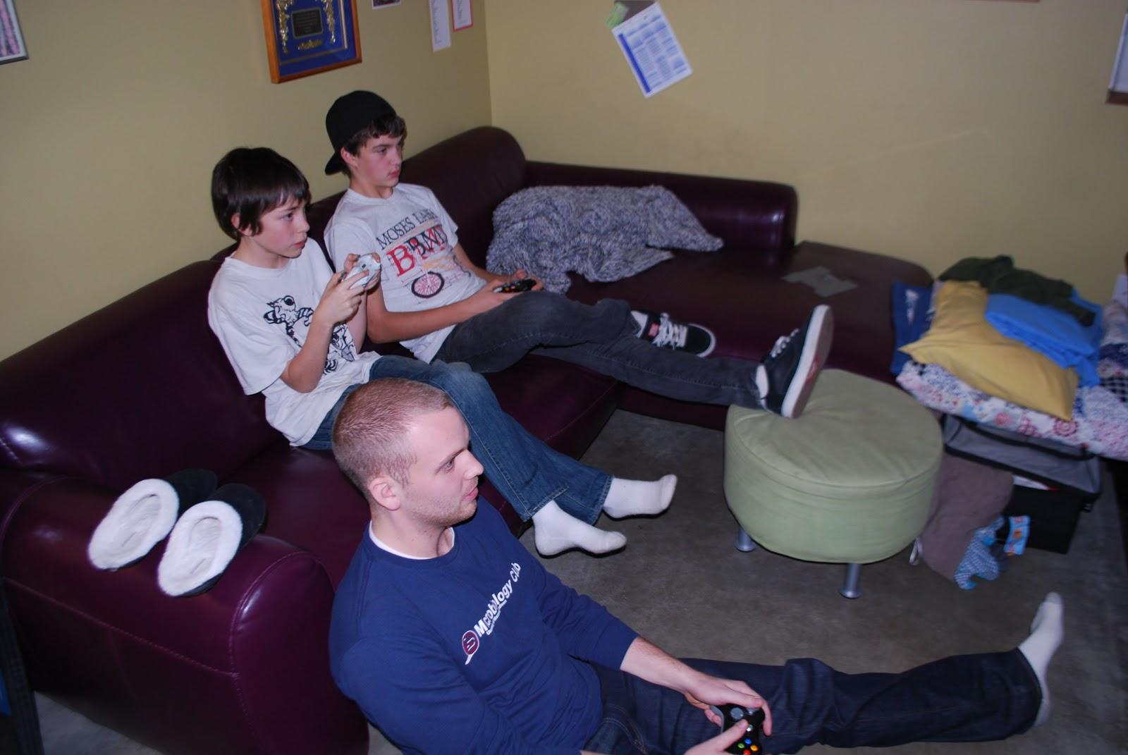 http://2.bp.blogspot.com/__CLagQDxooQ/TRzGFlLKRDI/AAAAAAAAAUU/m_fcJnzxDY8/s1600/boys+on+XBox.jpg