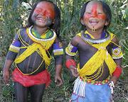 . faz o papel de chefe, pois organiza e orienta os índios. (indiozinhos)
