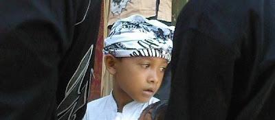 Jongetje in traditionele kleding nabij Ubud op Bali