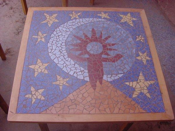 """Mesa Mosaico """"Hombre llama""""."""