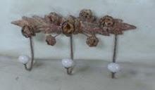 Rostig krokhängare med porslinsknoppar