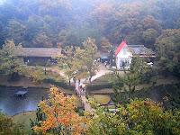 サツキとメイの家も紅葉の中