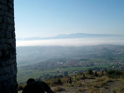 Vistes cap al migdia: al davant Sant Vicenç de Torelló i al fons el Montseny amb el Pla de la Calma i les Agudes