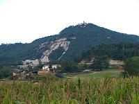Sant Sebastià i en primer terme el Franc des de la carretera de Prats de Lluçanès