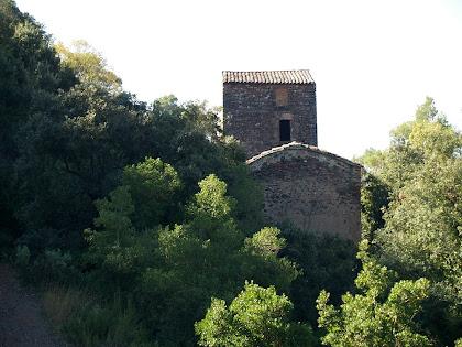 Part del darrere de l'ermita i torre de la Casa Vella de l'Obac