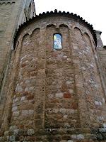 Absis romànic amb el nou vitrall de Sant Esteve de Parets