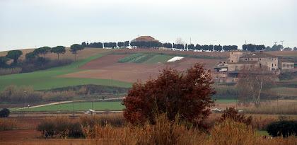 Al fons Can Cònsol i a la dreta la Torre d'en Malla. Autor: Carlos Albacete
