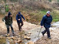 Travessant la riera de Pontons al peu de la Roca