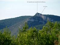 El Castellot de Castellví i la seva cova des del Turó del Samuntà