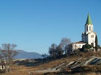 El Santuari de Puig Agut i a la seva esquerra, a la muntanya, el de Bellmunt