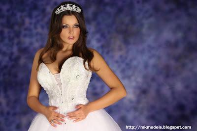 http://2.bp.blogspot.com/__bFAcHuIqZI/STCB5hNBSdI/AAAAAAAAAu4/Yb81Sn1EMlQ/s400/Suzana-Al-Salkini.jpg