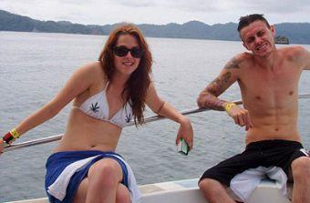 Kristen Stewart luce bikini con hojas de marihuana