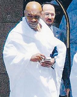TYSON dengan pakaian ihram bersiap untuk ke Makkah bagi menunaikan umrah, semalam.
