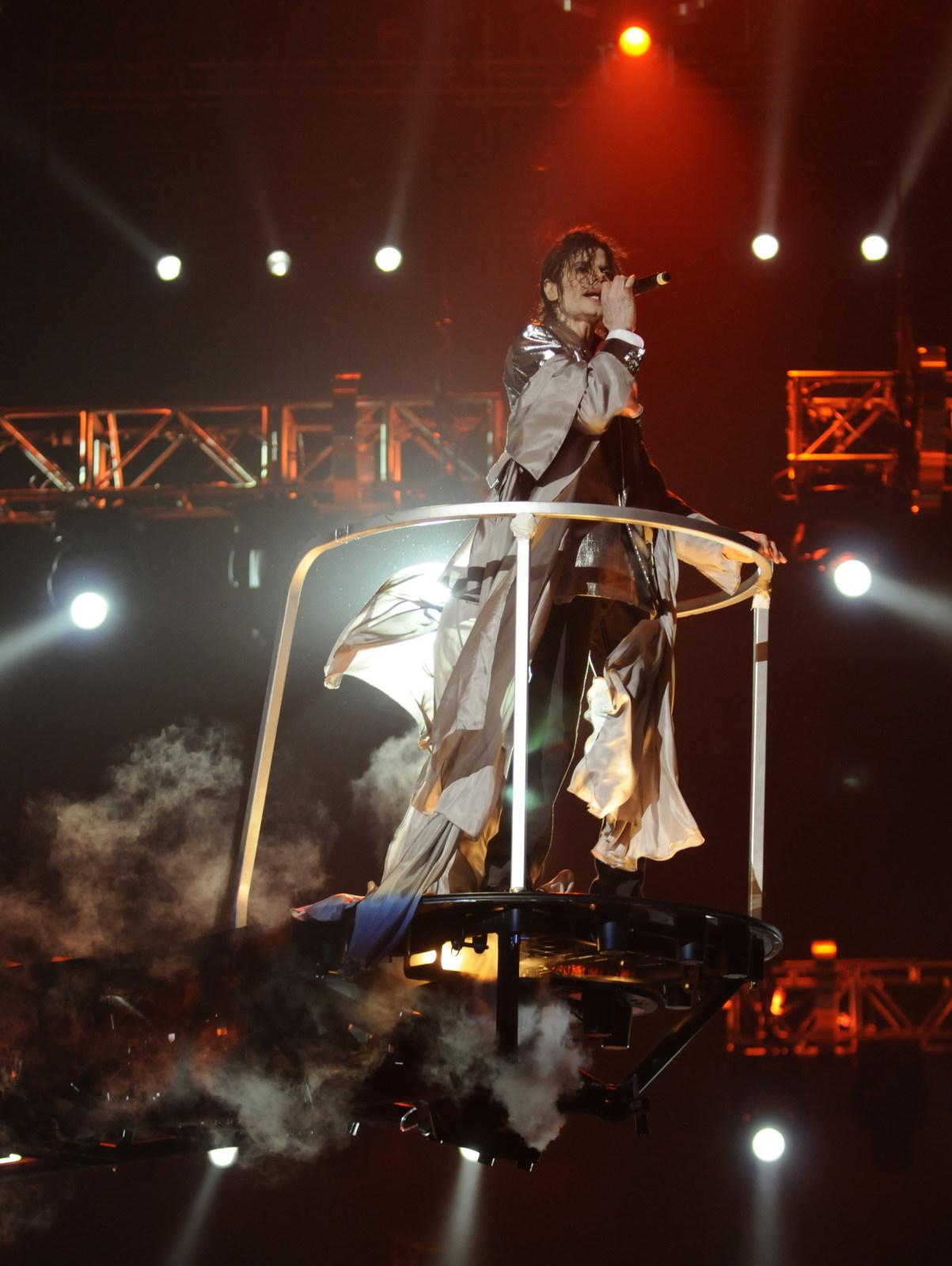 http://2.bp.blogspot.com/__iuYbs5zGVw/TRbWsINoqEI/AAAAAAAAATE/MXfayLN4Iw0/s1600/michael-jackson-this-is-it-singing-lift.jpg