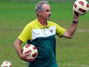 Foto Alfred Riedl,Pemain Timnas Hanya dari Klub Diakui FIFA